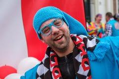 Drôle habillé et homme heureux dans le défilé de carnaval de Delft, Pays-Bas image stock