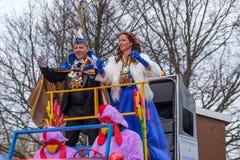 Drôle habillé et prins et princesse heureux dans le défilé de carnaval de Delft, Pays-Bas photographie stock libre de droits
