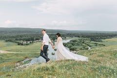 Dröm- bröllop i berg arkivfoto