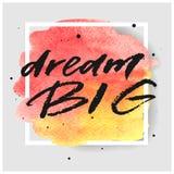 Dröm- dragen bokstäver för stor hand på vattenfärgfärgstänk på vattenfärgfärgstänk i röda och gula färger Arkivfoton
