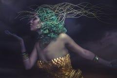Dröm gud, härlig kvinna med grönt hår i guld- gudinna Arkivfoto