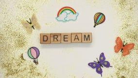 Dröm- ord på kuber som göras av barnet, hand som daltar leksakhunden som önskar att ha husdjuret arkivfilmer