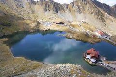 Dröm- sjöhus i bergområde Arkivbilder