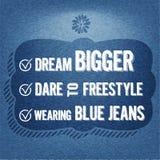 Dröm- större, utmaning till fristil, bärande jeans, typografisk bakgrund för citationstecken Royaltyfri Fotografi