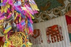 Dröm- stoppare för amulett av mångfärgade fjädrar Amulett för stoppare för indiandröm som skyddar en sova person från ondska arkivfoto