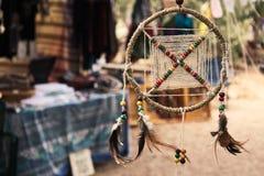 Dröm- stoppare på en bohemisk festivalhantverkaremarknad royaltyfria bilder