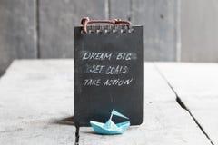 Dröm- stort, ställde in mål, tar handling på den skriftliga svart tavla, startar upp idé Royaltyfri Bild