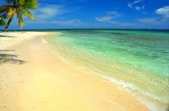 Dröm- strand med vitt sand- och turkosvatten i San Blas, Panama royaltyfri bild