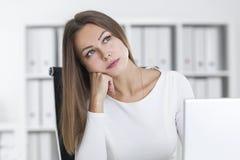 Drömlik blond flicka i ett vitt kontor Arkivbilder