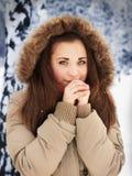 Drömlik flicka med frostade kalla träd på baksidan Arkivbild