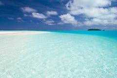 Drömlik loppdestination, turkosvatten av Aitutaki, kock Islands Fotografering för Bildbyråer