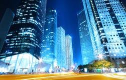 drömlik modern natt för blåa byggnader Royaltyfri Bild