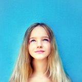 drömlik tonårig flicka Arkivfoto