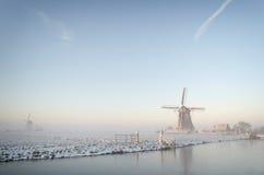 Drömlik vintermorgon i Nederländerna Arkivfoto