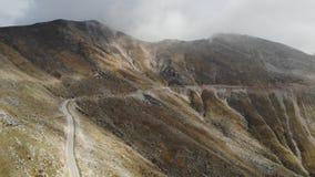 Drömlika berg tömmer mulen dag för väg lager videofilmer