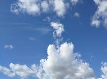 Drömlika fluffiga moln i blå himmel arkivbild