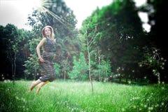 Drömlikt foto av yong kvinnajums royaltyfria bilder