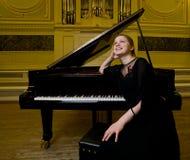 drömlikt le för pianist Royaltyfri Foto