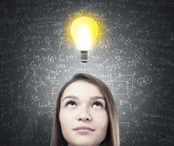 Drömlikt tonårigt huvud för flicka s, ljus kula arkivfoton