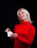 drömma dricka tea för attraktiv blondin Arkivbild