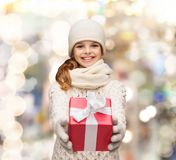 Drömma flickan i vinterkläder med gåvaasken arkivfoton