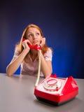 Drömma flickan med den röda telefonen Royaltyfria Foton