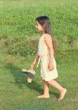 Drömma flickan som barfota går Royaltyfri Foto