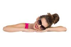 Drömma flickan som ligger på ett baner Arkivfoto