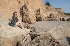 Drömma härligt flickasammanträde på stora stenar Arkivfoton