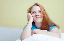 Drömma kvinnan på en soffa arkivfoton
