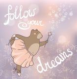 drömmar följer ditt Romantiskt kort för begrepp med den gulliga björnen Royaltyfri Bild