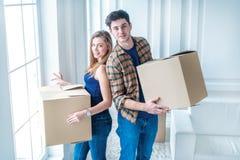 Drömmen kommer riktigt, flyttning Älska par tycker om en ny lägenhet Arkivfoton