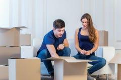Drömmen kommer riktigt, flyttning Älska par tycker om en ny lägenhet Royaltyfri Bild