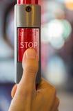 Drücken der STOPP-Taste Lizenzfreie Stockfotos