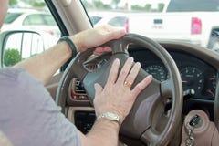 Drücken einer Autohupe Lizenzfreies Stockfoto