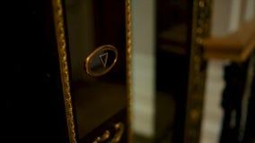 Drücken Sie den Aufzugsknopf Die weibliche Hand drückt den Aufzugsknopf Frau kommt zum Aufzug Weibliche Hand drückt stock footage