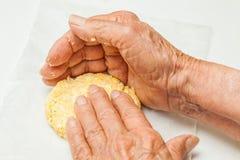 Drücken Sie die Teigbälle flach, um die arepa typische Form zu bilden Lizenzfreies Stockbild