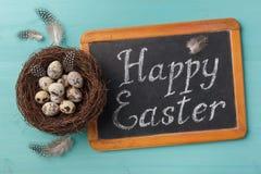 Drücken Sie glückliche Esther auf Tafel und Nest mit Eiern aus Lizenzfreie Stockfotos