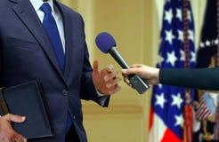Drücken Sie Interview mit einem Politiker lizenzfreie stockfotografie