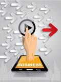Drücken Sie Startknopf auf Touch Screen von Hand ein, um Videoclip laufen zu lassen Lizenzfreies Stockfoto