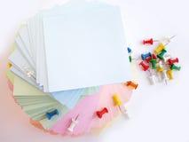 Drücken Sie Stifte und bunte Blätter Stockbild
