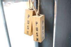 Drücken Sie Tür auf einer Tür am Café Stockbild