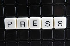 Drücken Sie Textwortkreuzworträtsel Alphabetbuchstabe blockiert Spielbeschaffenheitshintergrund Weiße alphabetische Buchstaben au Lizenzfreies Stockbild