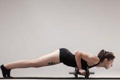 Drücken Sie ups mit Gewichten Stockfotos