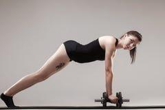 Drücken Sie ups mit Gewichten Stockbild