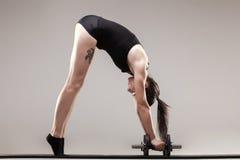 Drücken Sie ups mit Gewichten Lizenzfreies Stockbild