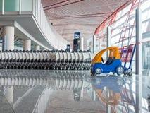 Drücken Sie Wagen am Flughafen Stockbild