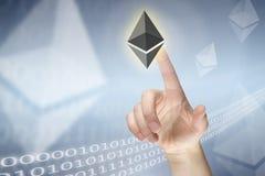 Drücken virtuellen etherium Zeichens lizenzfreie stockbilder