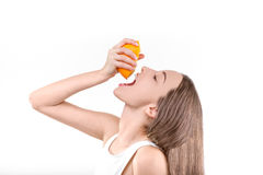 Drückender und trinkender Saft des jungen Mädchens Lizenzfreies Stockfoto