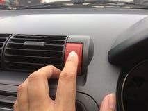 Drückt die Notaus im Auto lizenzfreies stockfoto